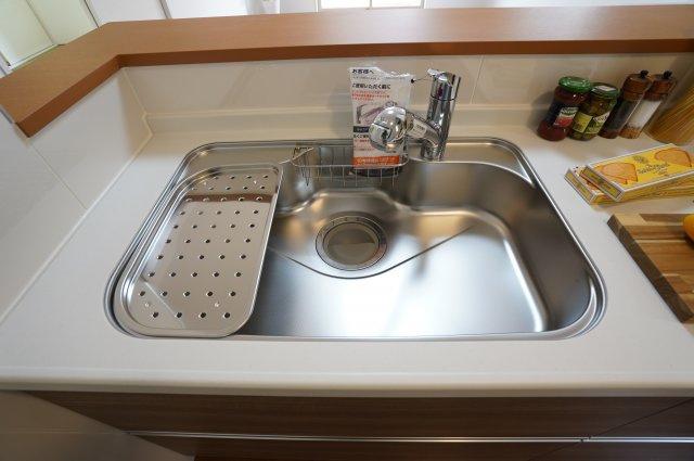 広いシンクで洗い物が楽になるキッチンです。