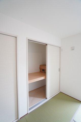 和室6畳 座布団、季節物の家電やお子様のおもちゃなど収納できあると便利な押入です。