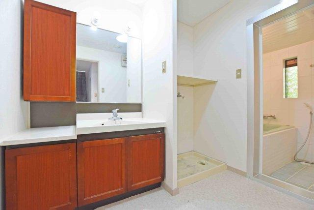 ゆとりのある広さの洗面所。 洗面台も収納豊富です。