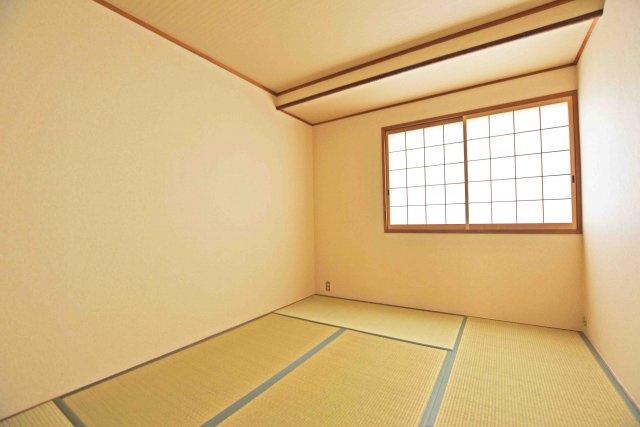 団らん空間の一部としてもご活用して頂けるリビングに併設された和室。