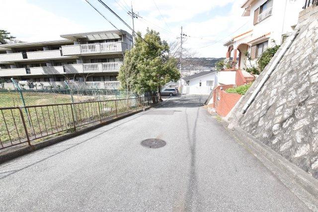 -現地写真- 周辺は交通量も少ない、閑静な住宅街です。