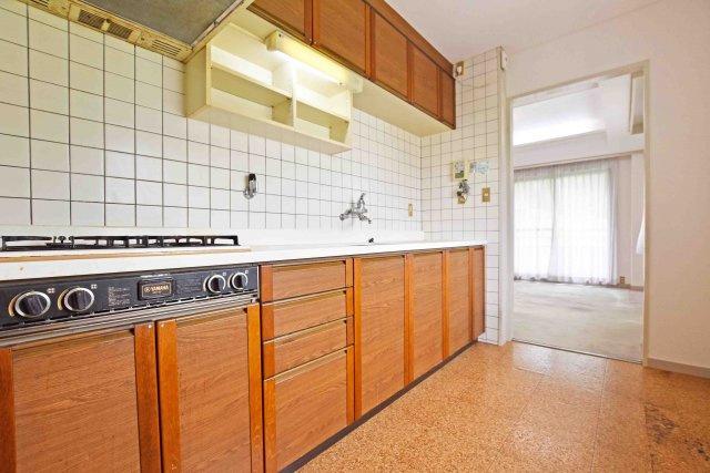 キッチンの調理台下いっぱいの収納でスッキリ片付きます。