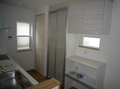 システムキッチンの後方にはキッチン収納庫が備わってます