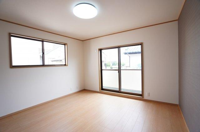 2階 バルコニーがあるお部屋です。大きな窓から明るい光が差し込み明るいお部屋です。