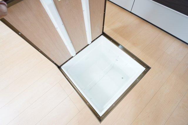 床下収納です。ストック品、調理家電等収納するのに便利です。