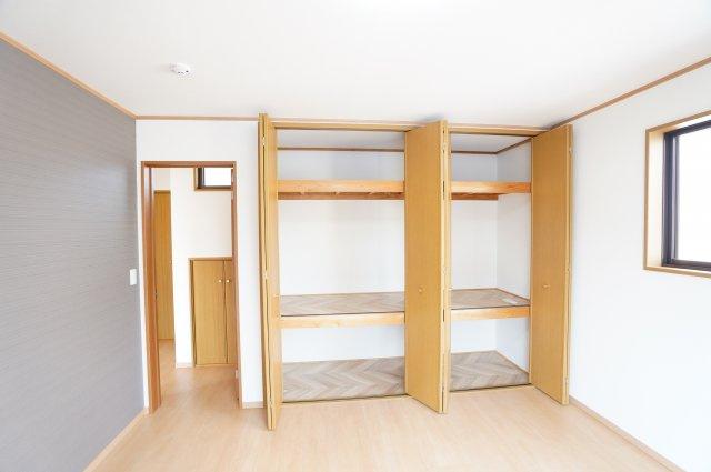 2階 お布団、季節物の衣類等収納するのに便利です。