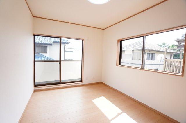 2階 和室から洋室に変更しました!採光・通風がよいお部屋なので気持ちよく過ごせます。