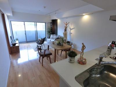 17.0帖の開放感のあるリビングです。 ダイニングテーブルやソファー、ローテーブルなどの家具もしっかりと配置できます。
