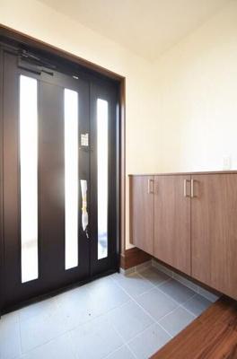 玄関扉とシューズボックスは新品交換済みです