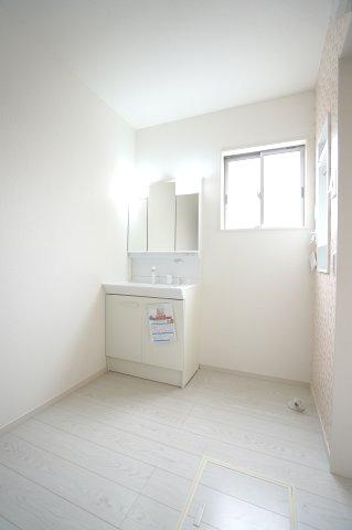 【同仕様施工例】清潔感のある洗面脱衣所です。窓があるので換気ができます。