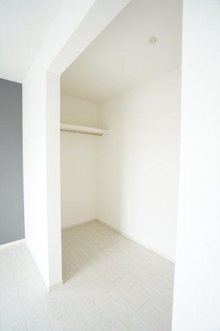 【同仕様施工例】WIC 棚もありますのでバックや小物の収納もできます。