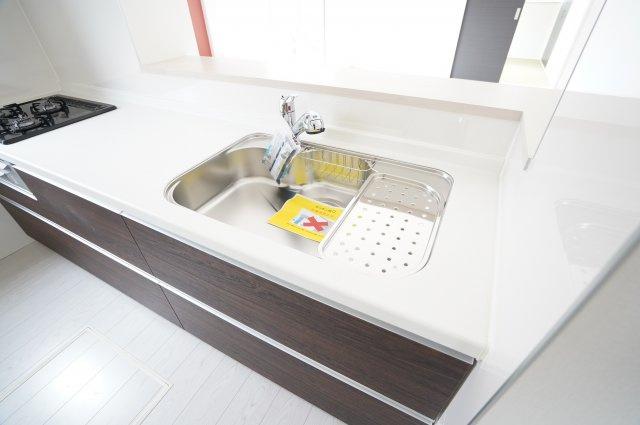 【同仕様施工例】広いシンクなので洗い物もはかどります。水切りプレートもついて便利です。
