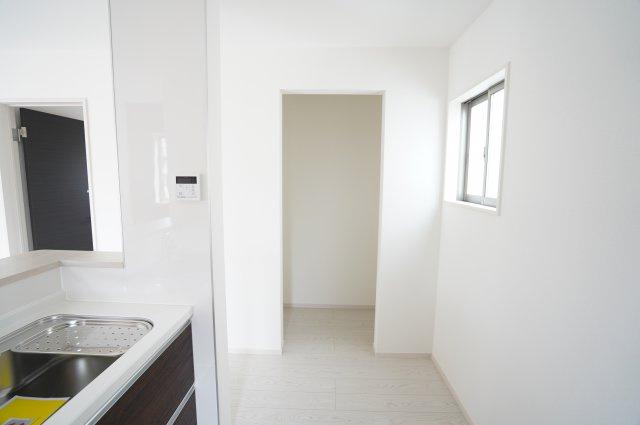 【同仕様施工例】キッチン横収納です。普段使わないキッチン家電から食料品のストックまでまとめて収納できます。