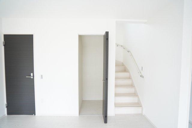 【同仕様施工例】リビングにある収納です。小物で散らかりがちなリビング、季節物の家電やストック品を収納できあると便利です。