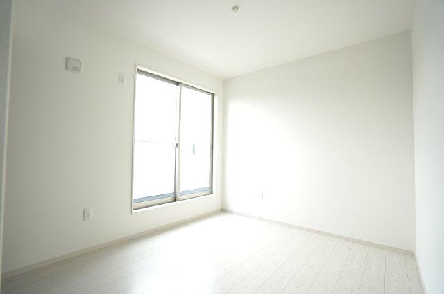 【同仕様施工例】2階バルコニーがあるお部屋です。大きな窓から明るい光が差し込みます。