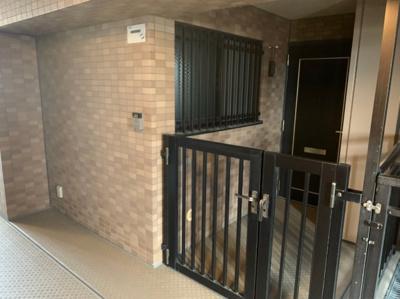 ベビーカーも置ける広さのポーチ付玄関です。