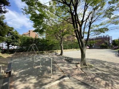 マンション敷地内にある公園です。 バルコニーからも見えますよ。