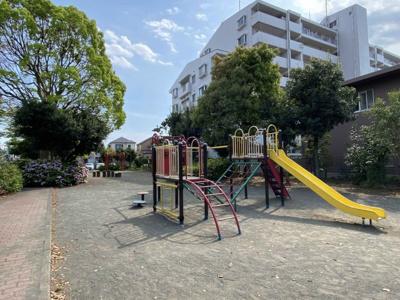 道路を渡った場所にある公園です。 遊具が揃っています。