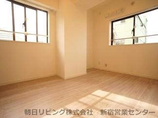 洋室5.7帖 2面採光で明るいお部屋です。