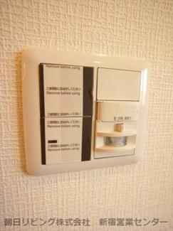 玄関は人感センサーライトが付いております。