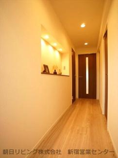 室内廊下部分。明るい色味のフローリングはお部屋全体の印象が上がります。