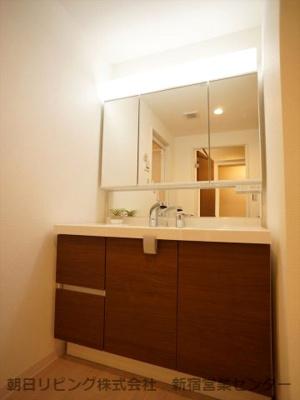 3面鏡付きの洗面化粧台です。