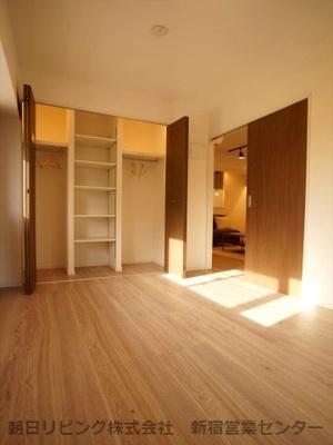 約5.8帖の寝室。システム収納があり便利です。