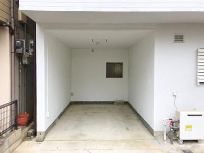 ガレージ部分は屋根付きです♪プリウスも入ります♪