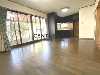 フローリング張りのLDKです。 床と壁は使用による傷汚れがございます。