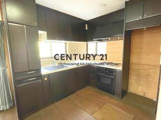L字型のシステムキッチンは新築当時のもので、ビルトインオーブンや大型食器乾燥機などの仕様で、当時は上位グレードだったと思われますが、既に耐用年数は超過しており設備の動作状態は不明です。