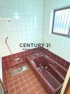 年代物のお風呂ですが、ジェットバス付で新築当初では豪華仕様だったと思われます。既に耐用年数は超過しており、設備の動作状態は不明です。