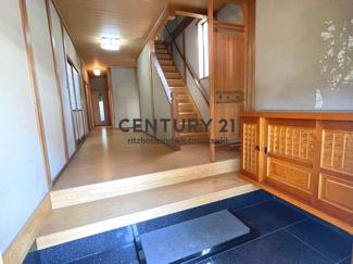 玄関だけでも約3帖分(1.5坪)のスペースでゆったりとしており、ホール(廊下)もゆったり幅の設計です。廊下のフローリングは比較的きれいです。壁はやや汚れが出ています。