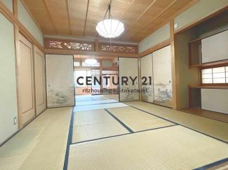 ふた間続きの和室は襖を取れば16帖の広間にもなります。縁側もあり落ち着いた雰囲気です!柱や建具など全体的にきれいですが、畳や襖、障子などの表装は汚れや傷みが目立ちますのでリフォームをお勧めいたします。
