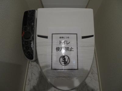 お掃除のしやすいタンクレスタイプ。もちろん洗浄機付き温水トイレです♪