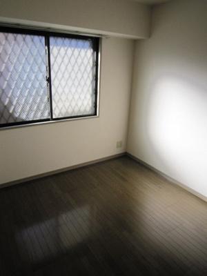 玄関から入って右側にある、洋室5帖のお部屋です♪ベッドを置いて寝室にするのもオススメです☆