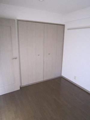 クローゼットのある洋室5帖のお部屋です!お洋服をすっきり収納できてお部屋が片付きます☆