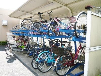 屋根付きの駐輪場で雨が降っても大切な自転車が濡れなくてすみますね♪自転車はちょっとした移動手段に便利です!
