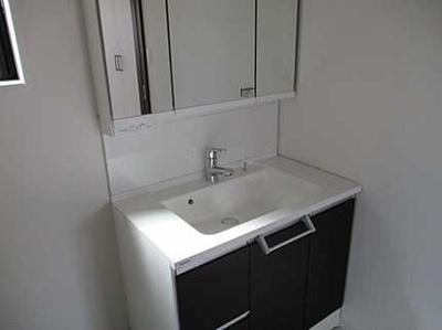 収納もしっかりある洗面台です