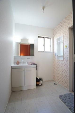 【同仕様施工例】窓も大きく明るい洗面所です。換気もでき清潔に保てます。