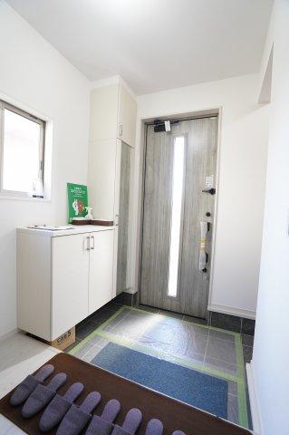 【同仕様施工例】窓があるので明るい玄関です。