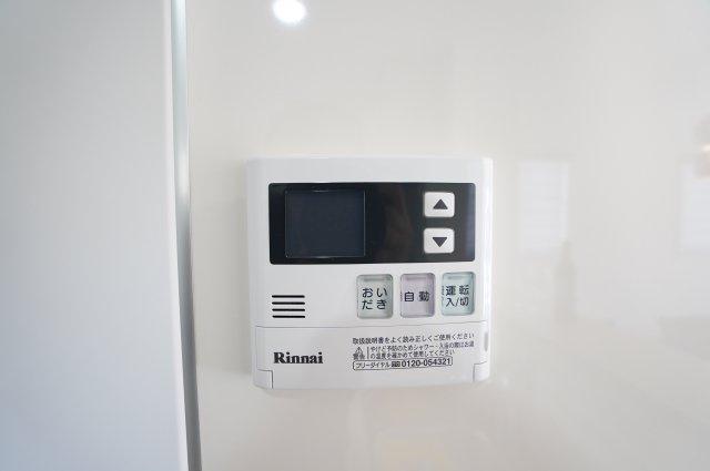 【同仕様施工例】給湯器リモコン お料理しながら~ピッと押すだけです。