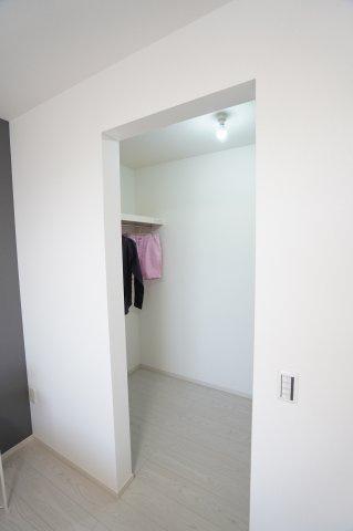 【同仕様施工例】WICでお洋服やバッグ等すっきり片づけられます。
