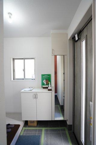 【同仕様施工例】清潔感のある玄関です。窓もあるので換気できます。