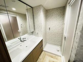 ライオンズマンション千葉グランドタワー 横幅にゆとりのある独立洗面台です。朝の忙しい時間に混み合っても安心ですね♪
