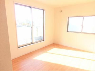 (同仕様写真)主寝室は8帖。全居室2面採光で日当たり・風通し良好。プライベート空間は他に6帖×2部屋確保。シンプルな色合いなのでお好みの居室を演出するのも楽しみの一つですね!