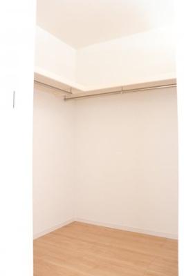 (同仕様写真)主寝室にはWICを備えています。枕棚付きなので小物の収納も無駄なスペースを作ることなく整理出来ますね