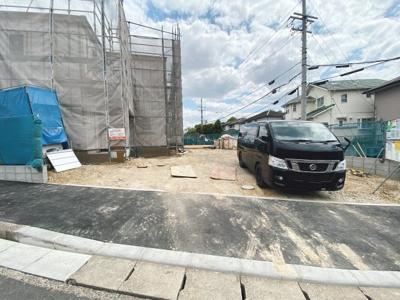 並列駐車2台分悠々スペース確保!駐車もしやすく、出入りもしやすいです。