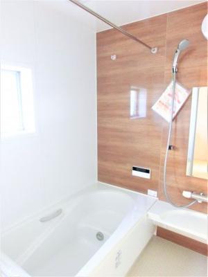 (同仕様写真)お子様と一緒にバスタイムを楽しめる広々浴室。浴室乾燥機は湿気を排しカビ防止に大活躍。冬季のヒートショック緩和にも役立ちますね。