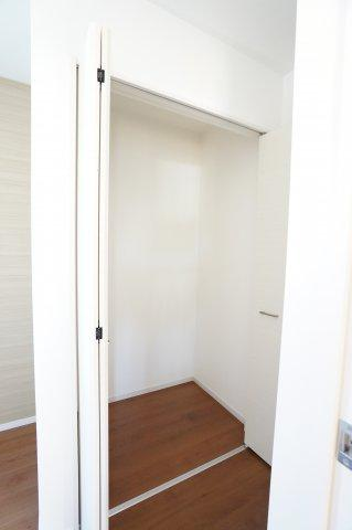 玄関ホール収納です。掃除機や季節物の家電を収納するのに便利です。