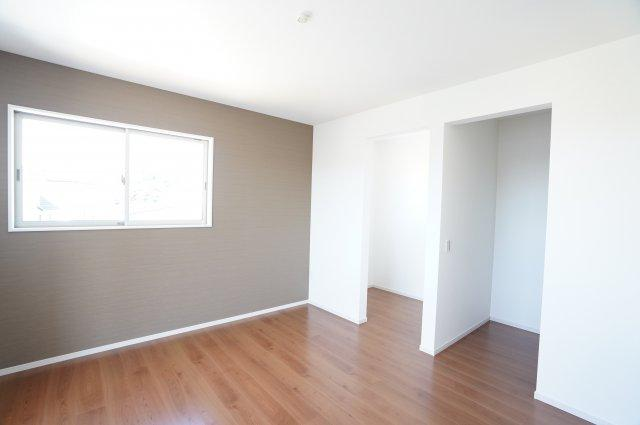 2階7帖 WICとフリースペースがあるお部屋です。在宅ワークがはかどりそうですね。